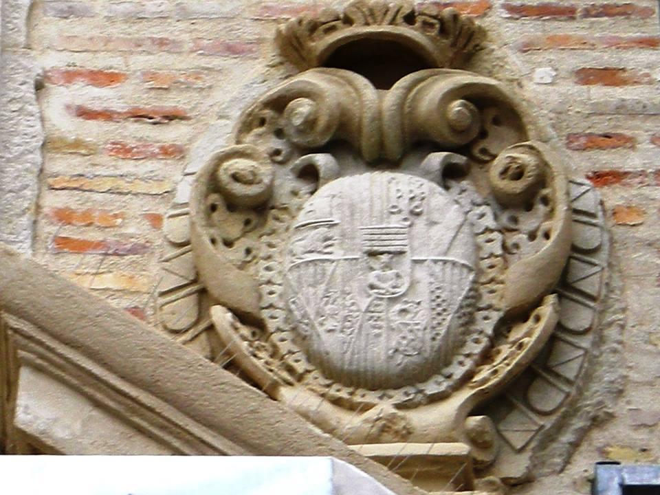 Escudo de los señores de Lucena en la portada lateral de S. Pedro Mártir